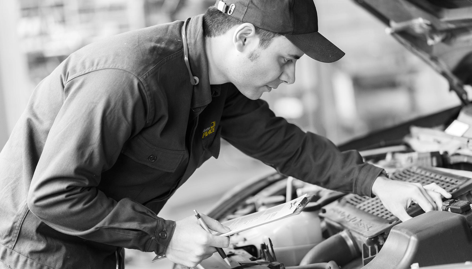 Mecanicien AutoPLACE faisant une inspection